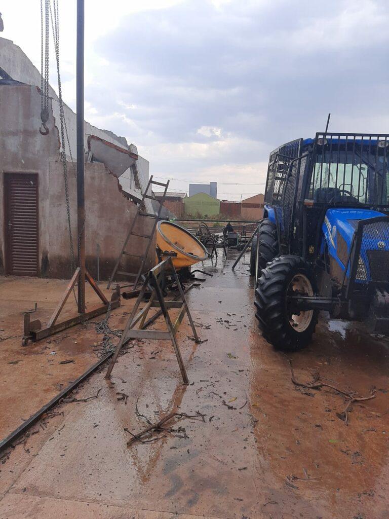 Forte chuva causa estrago em Água Clara na tarde desta terça-feira