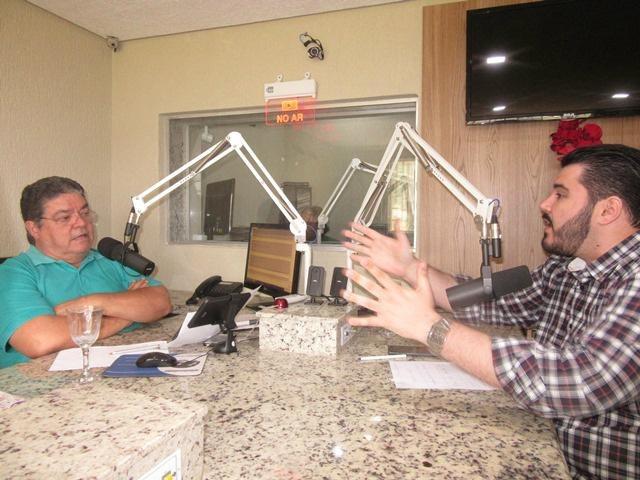 Romeu de Campos entrevistando o Secretário Tonhão na Rádio Caçula Fm